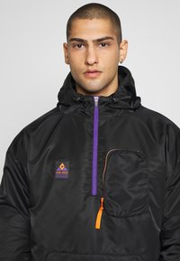 Cayler & Sons - HALF ZIP JACKET - Chaqueta fina - black/orange