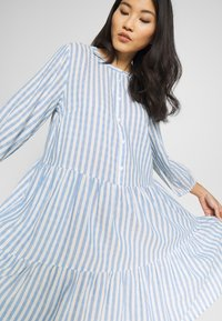 Culture - NOOR STRIPE DRESS - Blusenkleid - mazarine blue - 4