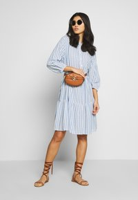 Culture - NOOR STRIPE DRESS - Blusenkleid - mazarine blue - 2