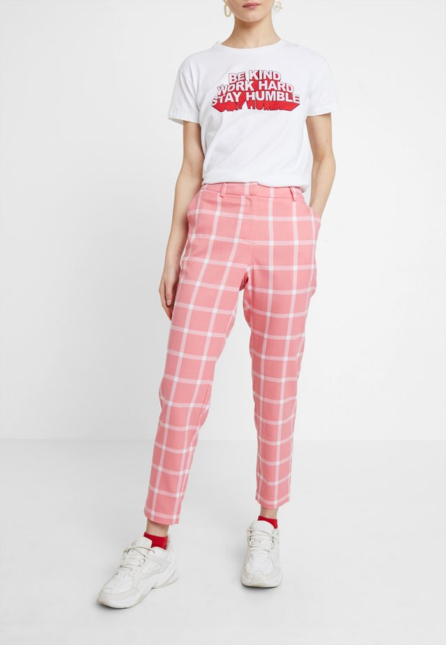 MUNO - Trousers - salmon/rose