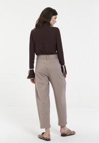 CUBIC - Pantalon classique - mocca - 3