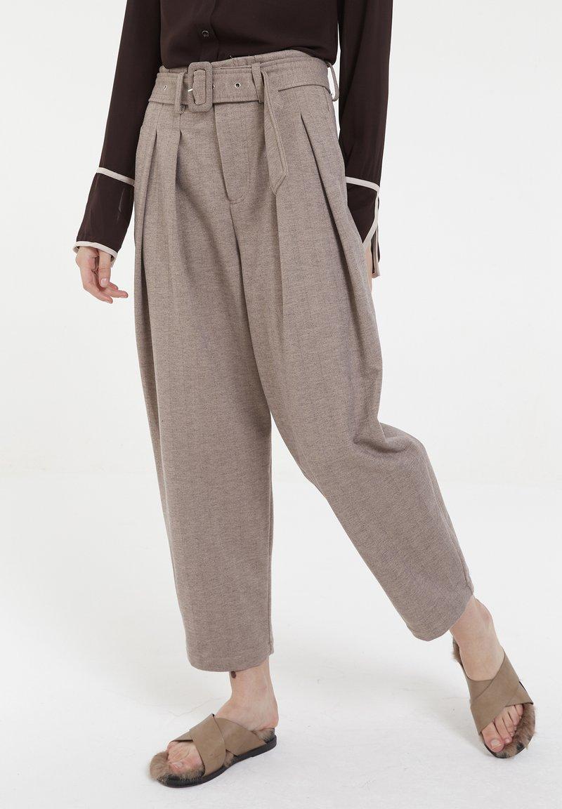 CUBIC - Pantalon classique - mocca