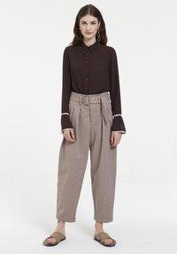 CUBIC - Pantalon classique - mocca - 1