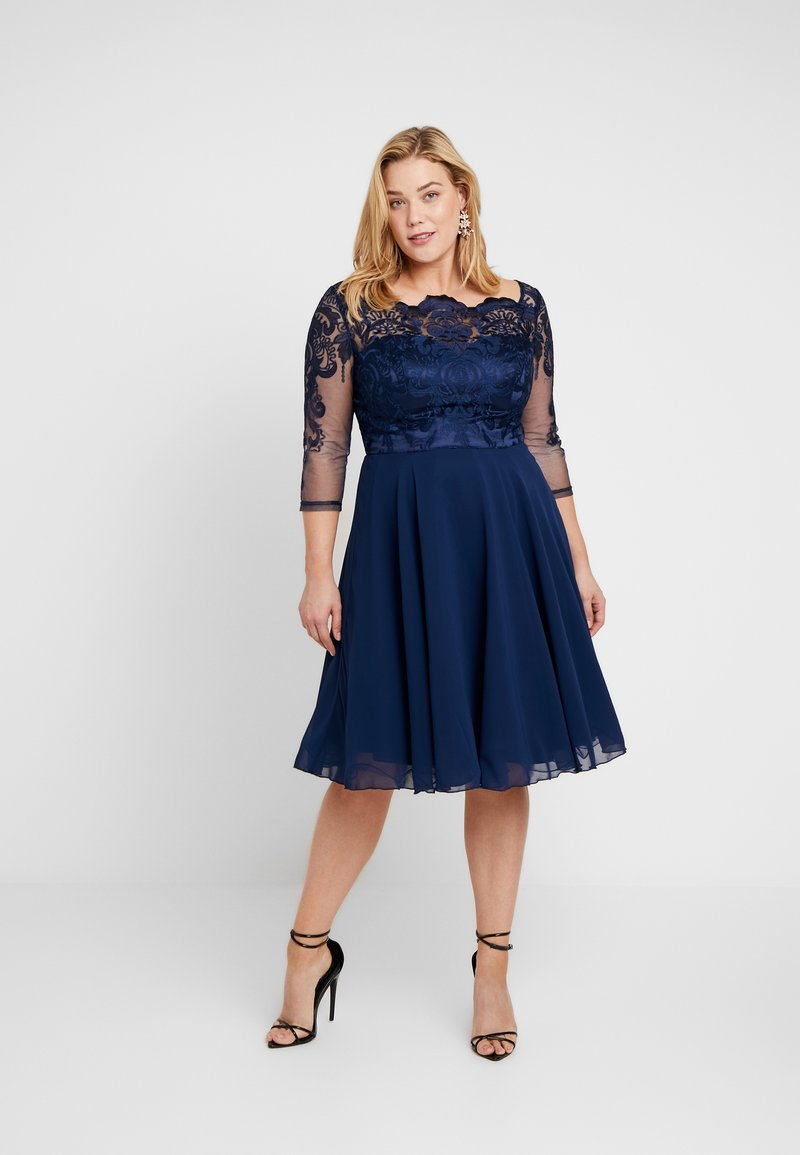 Chi Chi London Curvy - CARMELLA DRESS - Cocktailkjole - navy
