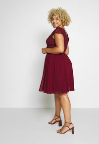 Chi Chi London Curvy - CURVE JOEN DRESS - Cocktailklänning - burgundy - 2