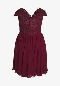 Chi Chi London Curvy - CURVE JOEN DRESS - Cocktailklänning - burgundy - 4