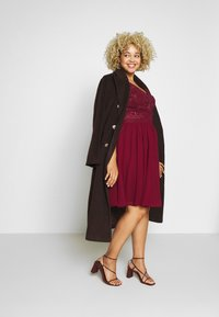 Chi Chi London Curvy - CURVE JOEN DRESS - Cocktailklänning - burgundy - 1