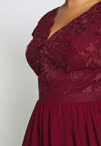 Chi Chi London Curvy - CURVE JOEN DRESS - Cocktailklänning - burgundy - 5