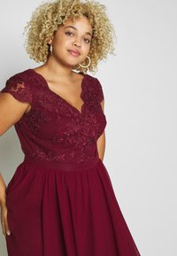 Chi Chi London Curvy - CURVE JOEN DRESS - Cocktailklänning - burgundy - 3