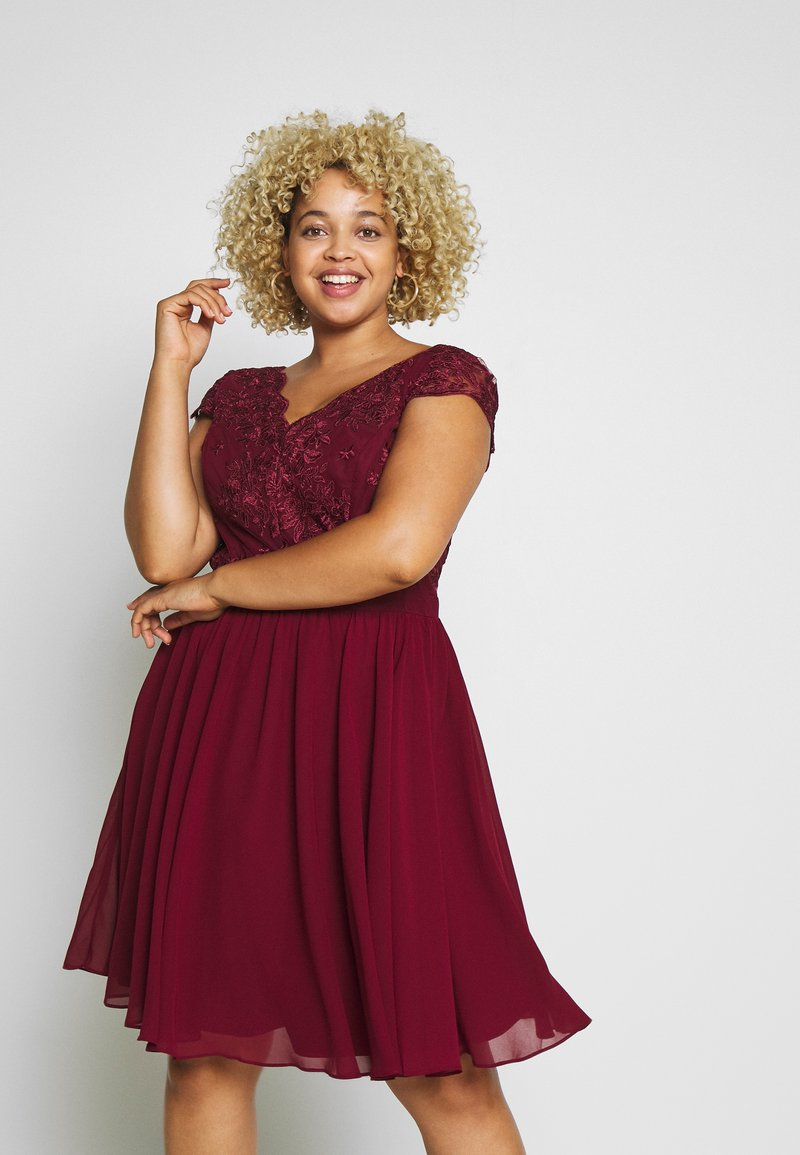 Chi Chi London Curvy - CURVE JOEN DRESS - Cocktailklänning - burgundy