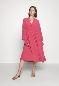 Carin Wester - DRESS FATOU - Day dress - hollyberry - 0