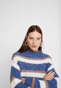 Carin Wester - JUMPER LYDIA STRIPE - Svetr - blue/white - 4