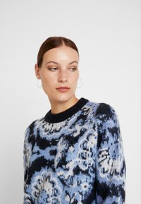 Carin Wester - JUMPER - Maglione - blue/black/white - 3
