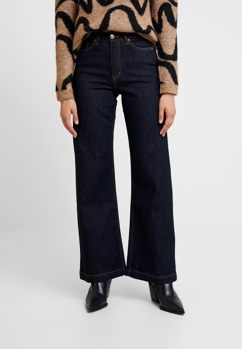Carin Wester - TROUSERS FAIZA - Flared Jeans - denim blue