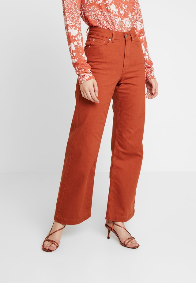 TROUSERS FAIZA - Flared jeans - rost