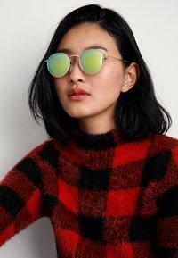CHPO - LIAM - Sluneční brýle - gold-coloured/green mirror - 2
