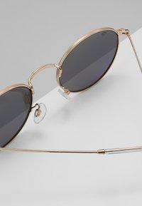 CHPO - LIAM - Sluneční brýle - gold-coloured/green mirror - 4