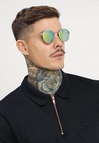 CHPO - LIAM - Sluneční brýle - gold-coloured/green mirror - 1
