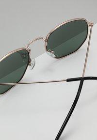 CHPO - IAN - Sluneční brýle - gold-coloured/green - 4