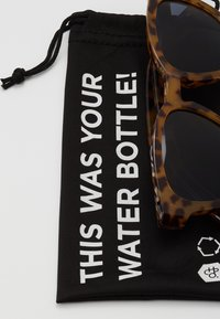 CHPO - VIK - Sluneční brýle - leopard/black - 3