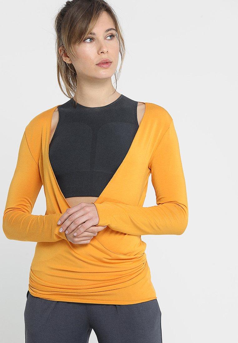 Curare Yogawear - WRAP - Langærmede T-shirts - aprikose