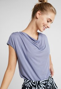 Curare Yogawear - WASSERFALL - T-shirt basic - french blue