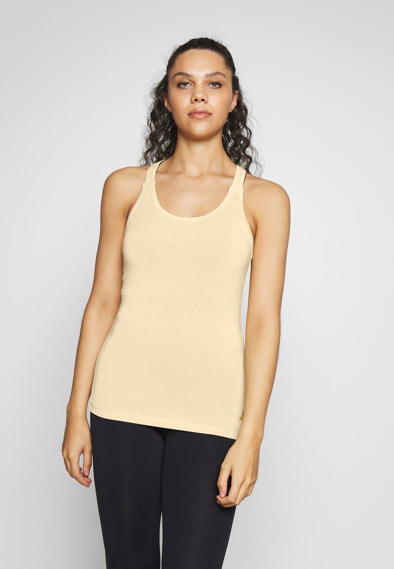 Curare Yogawear - RACERBACK  - Toppe - vanilla