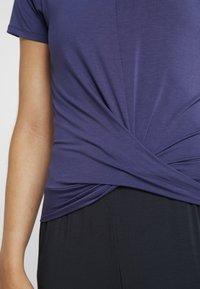 Curare Yogawear - TWISTED - T-shirt med print - indigo blue - 4