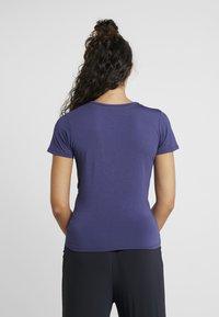 Curare Yogawear - TWISTED - T-shirt med print - indigo blue - 2