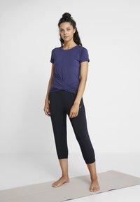 Curare Yogawear - TWISTED - T-shirt med print - indigo blue - 1