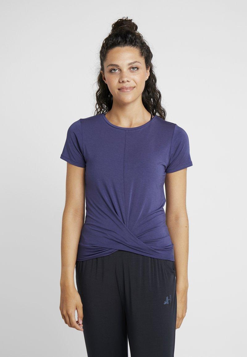 Curare Yogawear - TWISTED - T-shirt imprimé - indigo blue