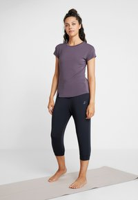 Curare Yogawear - SLIT - T-shirts med print - aubergine - 1