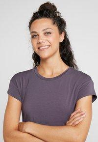 Curare Yogawear - SLIT - T-shirts med print - aubergine - 3