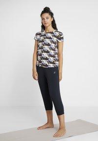 Curare Yogawear - SLIT - T-Shirt print - multi-coloured - 1
