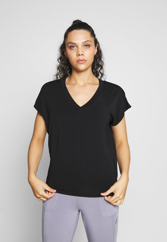 V NECK SHIRT WITH BOXPLEAT - T-shirts - black