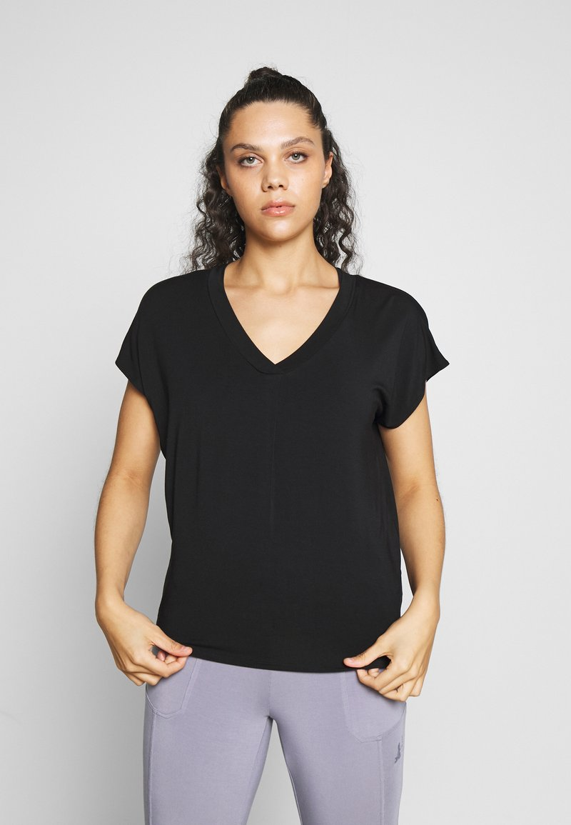 Curare Yogawear - V NECK SHIRT WITH BOXPLEAT - T-shirts - black