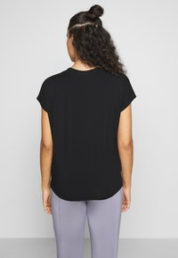 Curare Yogawear - V NECK SHIRT WITH BOXPLEAT - T-shirts - black - 2