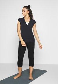 Curare Yogawear - T-shirt basic - midnight blue - 1