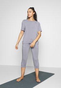 Curare Yogawear - DRAWSTRING WIDE  - Topper - pearl grey - 1