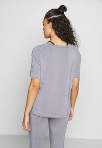 Curare Yogawear - DRAWSTRING WIDE  - Topper - pearl grey - 2