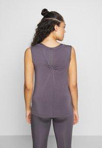 Curare Yogawear - TWISTBACK - Top - greyberry - 2