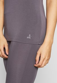 Curare Yogawear - TWISTBACK - Top - greyberry - 4