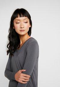 Curare Yogawear - NEW V NECK  - Longsleeve - anthracite grey - 3