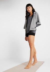 Curare Yogawear - NEW V NECK  - Longsleeve - anthracite grey - 1