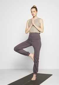 Curare Yogawear - LONG PANTS ROLL DOWN - Tracksuit bottoms - purple - 1