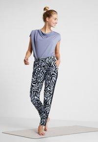 Curare Yogawear - PANTS GALON STRIPE - Tracksuit bottoms - grafik blue/midnight blue - 1
