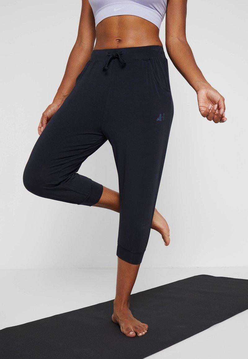 Curare Yogawear - CAPRI PANTS RELAXED - Pantalon 3/4 de sport - midnight blue