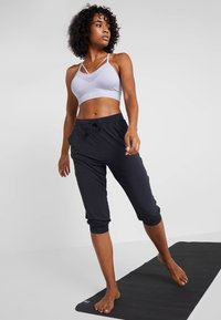 Curare Yogawear - CAPRI PANTS RELAXED - Pantalon 3/4 de sport - midnight blue - 1