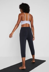 Curare Yogawear - CAPRI PANTS RELAXED - Pantalon 3/4 de sport - midnight blue - 2