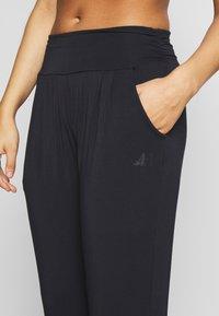 Curare Yogawear - PANTS LONG LOOSE ROLL DOWN - Joggebukse - midnight blue - 4